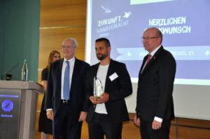 Ares Geschäftsführer Erkan Doganay mit IHK-Präsident Heinz-Herbert Dustmann und HWK-Präsident Berthold Schröder bei der Verleihung des Gründerpreis 2018
